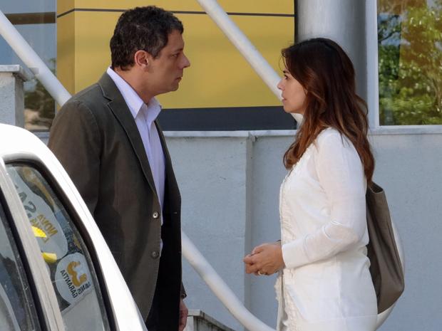 Suzana procura Cícero na concessionária e ele trata mal a esposa (Foto: A Vida da Gente/ TV Globo)