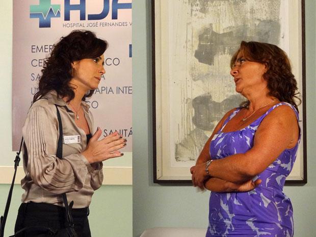 Claudia pede atenção de Amália (Foto: Aquele Beijo/TV Globo)