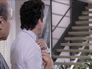 Em meio à conversa com delegado, Crô olha para a escada e fica em transe (Foto: Fina Estampa / TV Globo)