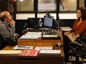 Joana conversa com Dr. Paredes (Foto: Fina Estampa / TV Globo)