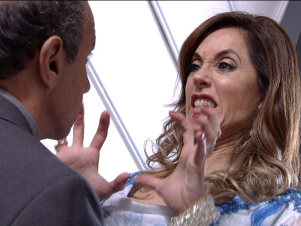Crô imagina Tereza Cristina empurrando o delegado escada abaixo (Foto: Fina Estampa / TV Globo)