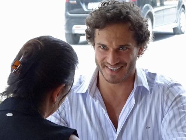 Guaracy fica emocionado com o convite e aceita (Foto: Fina Estampa/ TV globo)