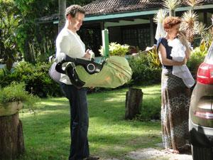 A estilista pega a filha e nem cumprimenta Paulo (Foto: Fina Estampa / TV Globo)