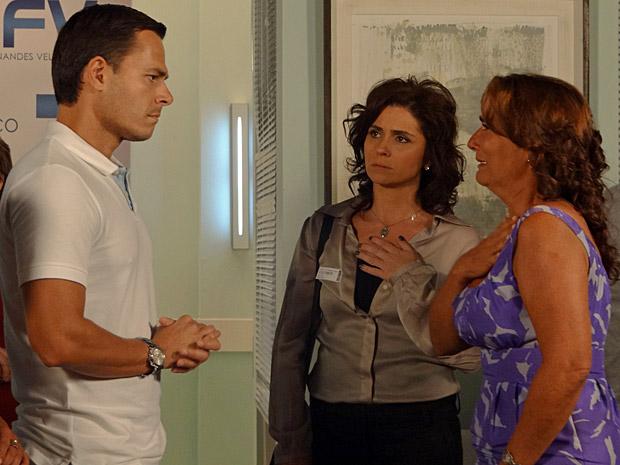 Ricardo dá noticias de Vicente para Amália e Claudia (Foto: Aquele Beijo/TV Globo)