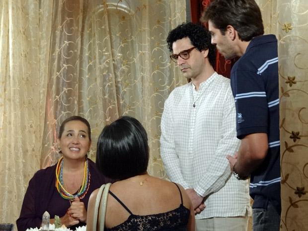 Iara se encanta com o amigo da cliente (Foto: Aquele Beijo/Tv Globo)