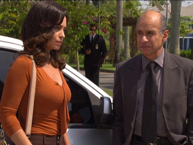 Joana e Dr.Paredes conversam e são observados por Ferdinand (Foto: Fina Estampa / TV Globo)