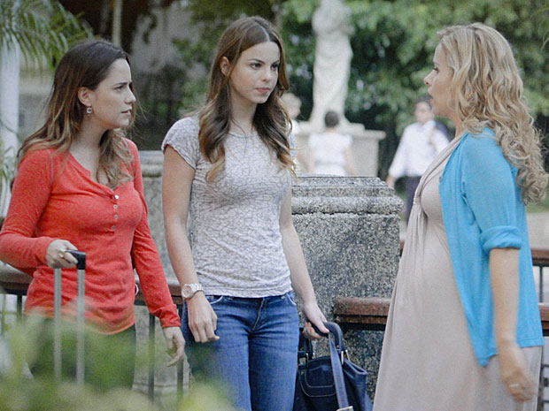 Celina defende o amigo e briga com Ana (Foto: A Vida da Gente/TV Globo)