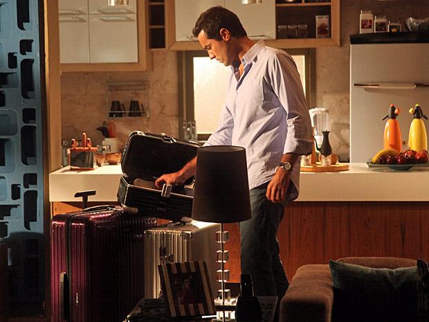 Vicente acha as malas e Lucena no apartamento (Foto: Aquele Beijo/TV Globo)