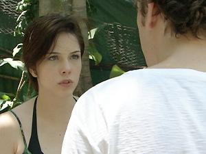 Alexia diz para ele que Beatriz está cuidando de Cristal (Foto: Malhação / TV Globo)