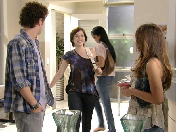 Gabriel fica supreso e feliz ao ver Alexia (Foto: Malhação / TV Globo)