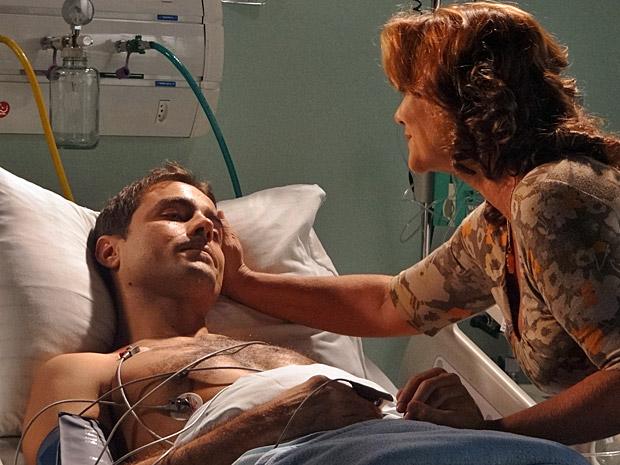 Vicente acorda e Amália fica aliviada (Foto: Aquele Beijo/TV Globo)