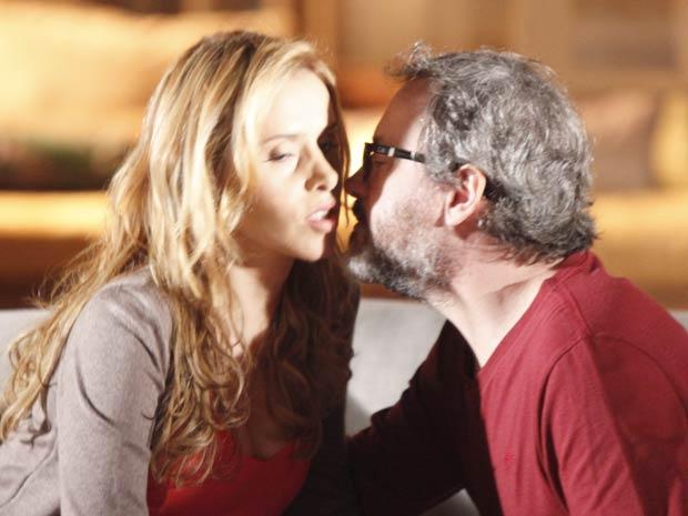 Os dois se rendem (Foto: A Vida da Gente / TV Globo)