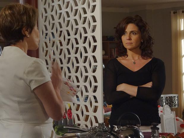 Claudia afirma para Regina que não vai abandonar Vicente (Foto: Aquele Beijo/TV Globo)