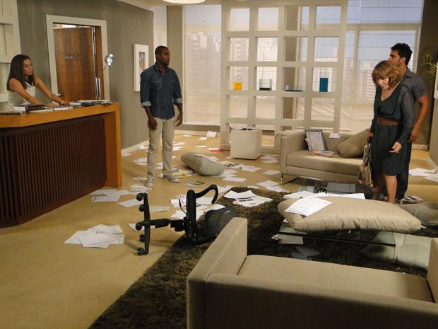 Danielle fica chocada ao ver o consultório destruído (Foto: Fina Estampa / TV Globo)