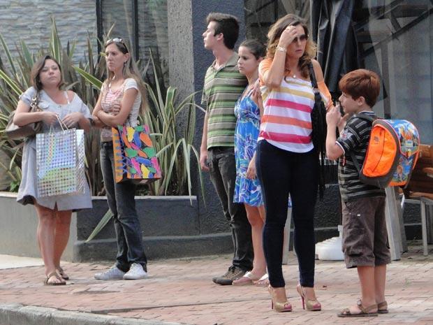 Tiago vê a empregada da mansão (Foto: A Vida da Gente / TV Globo)