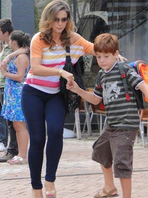 """Para não ser vista pela """"criadagem"""", Cris sai correndo com Tiago (Foto: A Vida da Gente / TV Globo)"""