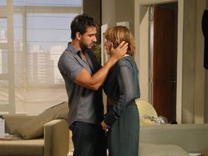 Enzo consola Danielle  (Foto: Fina Estampa / TV Globo)