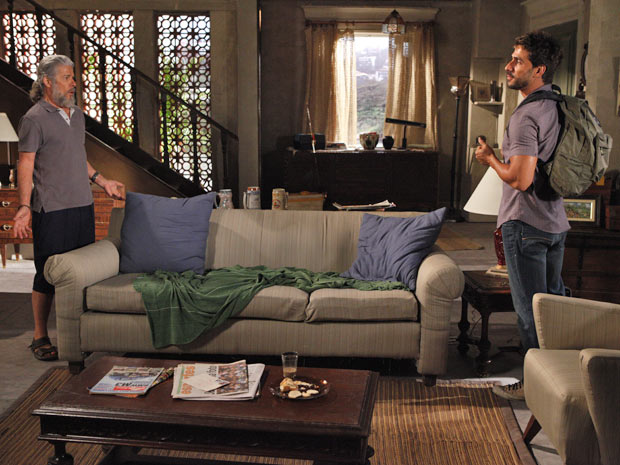 Enzo conversa com Pereirinha sobre Danielle (Foto: Fina Estampa/TV Globo)