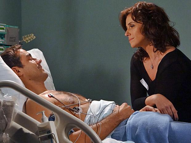 Claudia e Vicente conversam no hopital (Foto: Aquele Beijo/TV Globo)