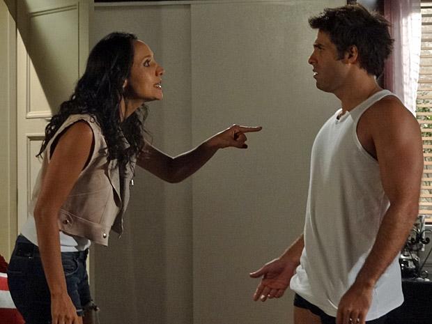Raíssa e Sebastião discutem (Foto: Aquele Beijo/TV Globo)