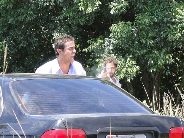 Juan atira em Vicente (Foto: Aquele Beijo/TV Globo)