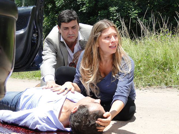 Lucena acode Vicente (Foto: Aquele Beijo/TV Globo)