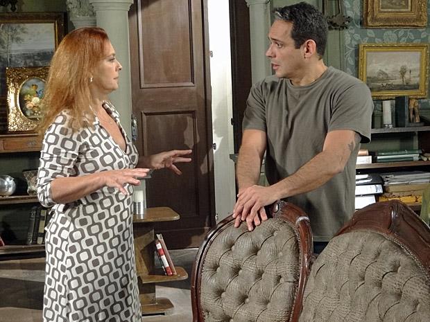 Olga fala para Tibério que vai fechar o Lar (Foto: Aquele Beijo/TV Globo)
