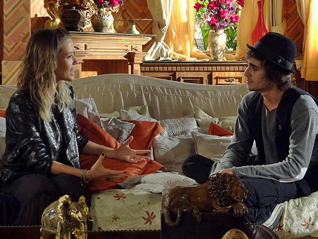 Brigitte e Agenor conversam (Foto: Aquele Beijo/TV Globo)