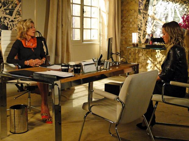 Maruschka conversa com Brigitte em seu escritório (Foto: Aquele Beijo/TV Globo)