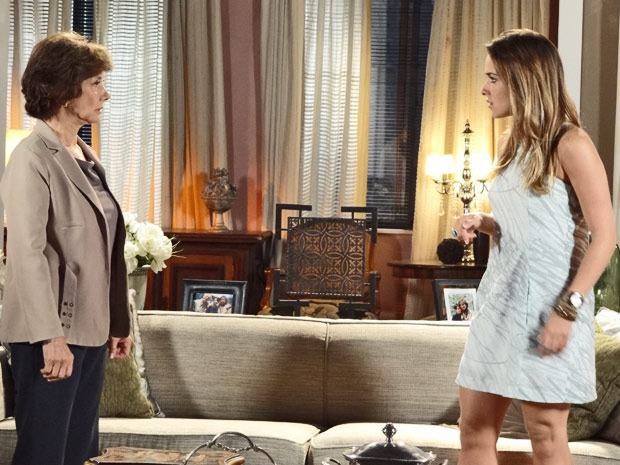 Celina diz que Bia vai morar em sua casa com Victoria (Foto: Fina Estampa/TV Globo)