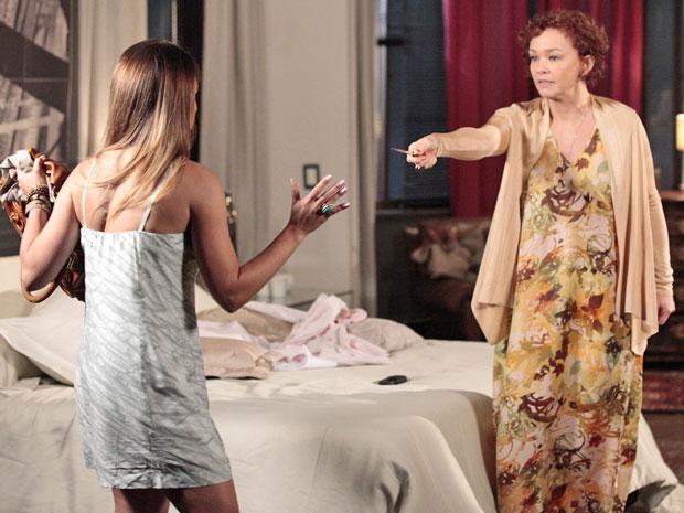 Esther diz que é capaz de matar Beatriz para ficar com Victoria (Foto: Fina Estampa/TV Globo)