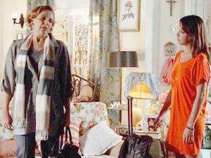 Eva invade a casa de Iná a procura de Ana (Foto: A Vida da Gente/ TV Globo)