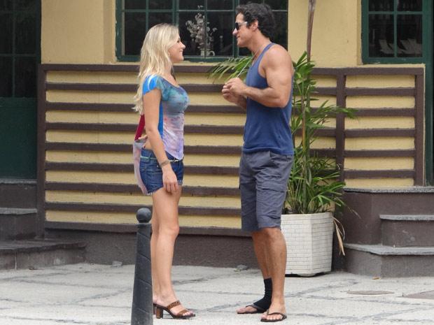 Ferdinand conversa tranquilamente com a moça que dopou Quinzé (Foto: Fina Estampa/TV Globo)
