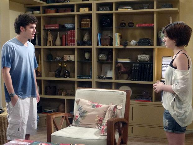 """Gabriel furioso com Alexia: """"Tô esperando uma explicação. Por que você foi procurar o Moisés pelas minhas costas?"""" (Foto: Malhação / TV Globo)"""