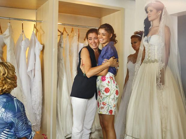 Amália deixa Griselda emocionada ao escolher seu vestido (Foto: Fina Estampa/TV Globo)