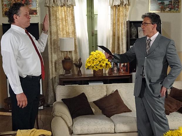 Olavo faz o juramento com o presidente do HAMFA (Foto: Aquele Beijo/TV Globo)