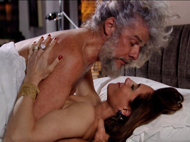 Mesmo assim, os dois terminam a noite na cama (Foto: Fina Estampa/TV Globo)