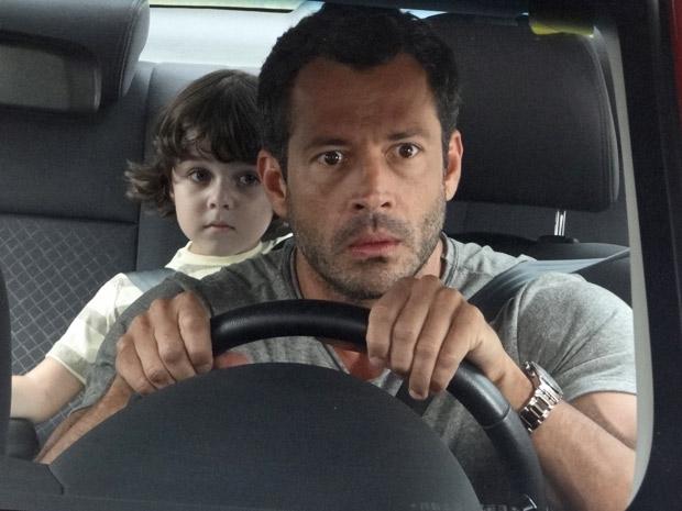 Quinzé leva um susto ao ver a loira misteriosa com Ferdinand (Foto: Fina Estampa/TV Globo)