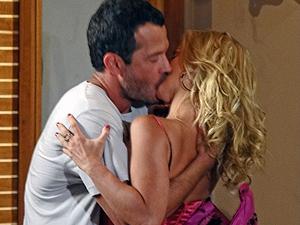 Teodora dá beijaço no ex (Foto: Fina Estampa/TV Globo)