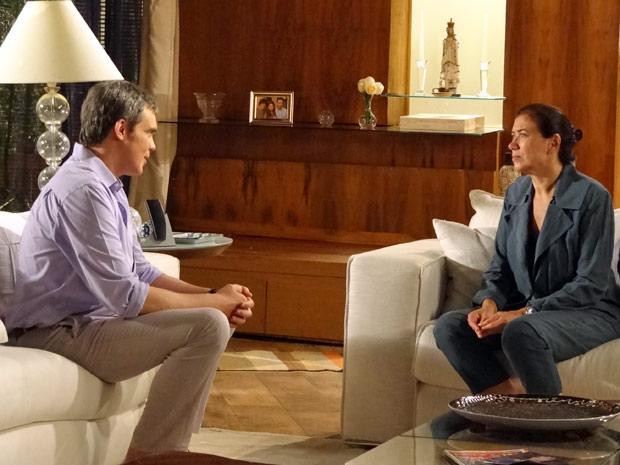 René oferece os serviços do Brasileiríssimo, mas Griselda recusa (Foto: Fina Estampa / TV Globo)