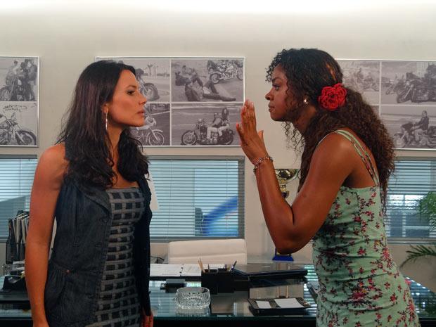 Dagmar e Zuleika batem boca na Fashion Motos (Foto: Fina Estampa / TV Globo)