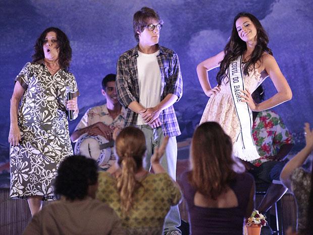 Belezinha comemora a preferência dos vizinhos (Foto: Aquele Beijo/TV Globo)