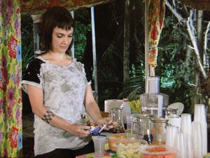 Estela coloca remédio em suco para Otília (Foto: Aquele Beijo/TV Globo)