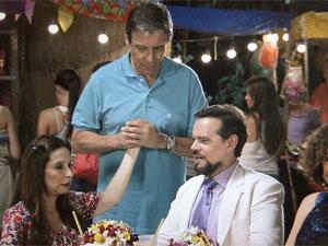 Felizardo dá a mão de Damiana para Valério (Foto: Aquele Beijo/TV Globo)