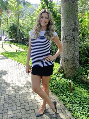 Grazi mostra a roupa que prefere para o dia a dia (Foto: Aquele Beijo/TV Globo)