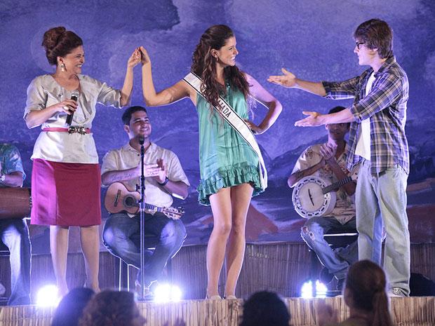 Íntima apresenta Graciosa para os vizinhos da Vila Caiada (Foto: Aquele Beijo/TV Globo)