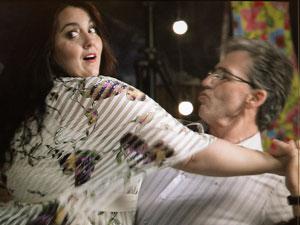 Marieta dança com Hélio (Foto: Aquele Beijo/TV Globo)