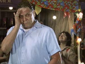 Olavo se róide ciúme (Foto: Aquele Beijo/TV Globo)