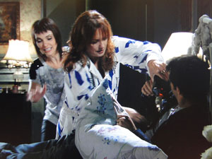 Olga joga uísque em Sebastião (Foto: Aquele Beijo/TV Globo)