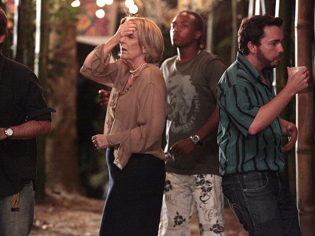 Otília passa mal no meio da quermesse (Foto: Aquele Beijo/TV Globo)
